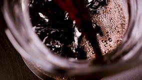 Το κόκκινο κρασί χύνεται σε μια καράφα απόθεμα βίντεο