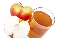 Το κόκκινο μήλο έκοψε το χυμό μήλων στο ποτήρι και τα φρέσκα μήλα σε ένα άσπρο υπόβαθρο Στοκ εικόνα με δικαίωμα ελεύθερης χρήσης