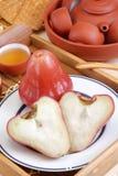 το κόκκινο μήλων αυξήθηκ&epsilon Στοκ εικόνες με δικαίωμα ελεύθερης χρήσης