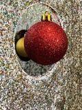 Το κόκκινο μπιχλιμπίδι διακοσμήσεων Χριστουγέννων και ακτινοβολεί στοκ φωτογραφία με δικαίωμα ελεύθερης χρήσης