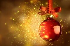 Το κόκκινο μπιχλιμπίδι Χριστουγέννων με το σπινθήρισμα πέρα από μαγικό ακτινοβολεί λαμπρό backg Στοκ εικόνες με δικαίωμα ελεύθερης χρήσης