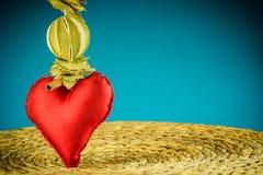 Το κόκκινο μπλε διακοσμήσεων καρδιών το υπόβαθρο Στοκ Εικόνες