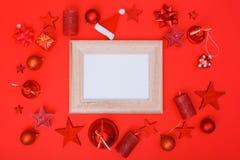 Το κόκκινο μόνο επίπεδο Χριστουγέννων βάζει τη διακόσμηση Στοκ Εικόνες