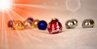 Το κόκκινο μόριο σφαιρών Χριστουγέννων ο ήλιος Στοκ Εικόνα