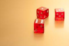 Το κόκκινο πέντε χωρίζει σε τετράγωνα στο χρυσό υπόβαθρο Στοκ φωτογραφίες με δικαίωμα ελεύθερης χρήσης