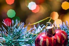Το κόκκινο παιχνίδι γυαλιού υπό μορφή καρδιάς είναι tinsel Χριστουγέννων Στοκ Εικόνες