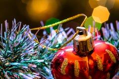 Το κόκκινο παιχνίδι γυαλιού υπό μορφή καρδιάς είναι tinsel Χριστουγέννων Στοκ φωτογραφίες με δικαίωμα ελεύθερης χρήσης