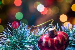 Το κόκκινο παιχνίδι γυαλιού υπό μορφή καρδιάς είναι tinsel Χριστουγέννων Στοκ εικόνες με δικαίωμα ελεύθερης χρήσης