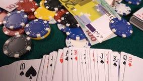 Το κόκκινο παιχνιδιού χωρίζει σε τετράγωνα τα χρήματα καρτών πόκερ και χωρίζει σε τετράγωνα απόθεμα βίντεο
