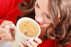 Το κόκκινο πουλόβερ κοριτσιών κρατά την κούπα με τον καφέ Στοκ φωτογραφίες με δικαίωμα ελεύθερης χρήσης
