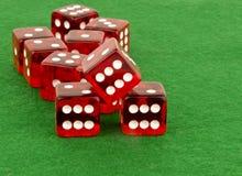 Το κόκκινο πόκερ χωρίζει σε τετράγωνα στον πράσινο πίνακα Στοκ φωτογραφίες με δικαίωμα ελεύθερης χρήσης