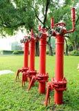 Το κόκκινο στόμιο υδροληψίας πυρκαγιάς, βάζει φωτιά στον κύριο σωλήνα για πυροσβυστικό Στοκ Φωτογραφία