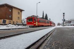 Το κόκκινο τραίνο εισάγει το σταθμό στοκ εικόνες