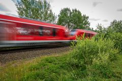 το κόκκινο τραίνο συναγωνίζεται μετά από μια κάμερα στοκ εικόνα με δικαίωμα ελεύθερης χρήσης