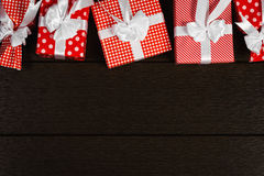 Το κόκκινο υπόβαθρο κιβωτίων δώρων Χριστουγέννων διακοπών, τοπ άποψη γιορτάζει το βισμούθιο Στοκ εικόνες με δικαίωμα ελεύθερης χρήσης