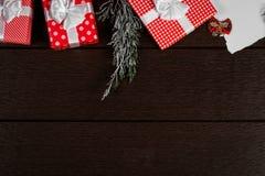Το κόκκινο υπόβαθρο κιβωτίων δώρων Χριστουγέννων διακοπών, τοπ άποψη γιορτάζει το βισμούθιο Στοκ Φωτογραφίες