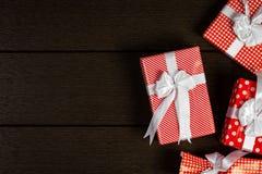 Το κόκκινο υπόβαθρο κιβωτίων δώρων Χριστουγέννων διακοπών, τοπ άποψη γιορτάζει το βισμούθιο Στοκ εικόνα με δικαίωμα ελεύθερης χρήσης