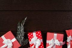 Το κόκκινο υπόβαθρο κιβωτίων δώρων Χριστουγέννων διακοπών, τοπ άποψη γιορτάζει το βισμούθιο Στοκ Εικόνα