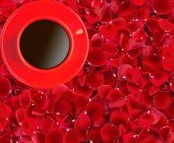 Το κόκκινο φλυτζάνι καφέ όμορφο σε κόκκινο αυξήθηκε πέταλα Στοκ εικόνες με δικαίωμα ελεύθερης χρήσης