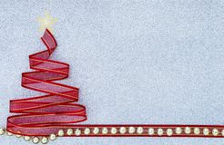 Το κόκκινο χριστουγεννιάτικο δέντρο κορδελλών με τη χρυσή χάντρα στο ασήμι ακτινοβολεί υπόβαθρο σύστασης Στοκ εικόνα με δικαίωμα ελεύθερης χρήσης