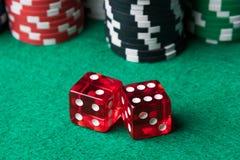 Το κόκκινο χωρίζει σε τετράγωνα και πόκερ τσιπ Στοκ εικόνα με δικαίωμα ελεύθερης χρήσης