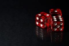 Το κόκκινο SIC BO που παίζει χωρίζει σε τετράγωνα με την αντανάκλαση Στοκ φωτογραφία με δικαίωμα ελεύθερης χρήσης