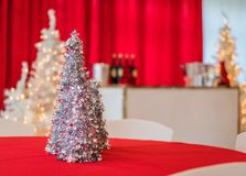 Το κόμμα διακοπών σε κόκκινο και το λευκό το ντεκόρ, ασημένιο tinsel δέντρο στην εστίαση Στοκ φωτογραφίες με δικαίωμα ελεύθερης χρήσης
