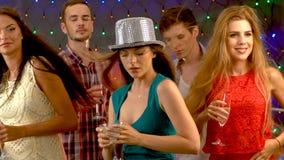 Το κόμμα κοκτέιλ με τους ανθρώπους ομάδας που χορεύουν και πίνει το κοκτέιλ απόθεμα βίντεο