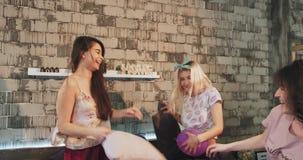 Το κόμμα Sleepover στις κυρίες σοφιτών κρεβατοκάμαρων έχει τη χρονική ήττα διασκέδασης με τα μαξιλάρια και τα μπαλόνια χαμογελώντ απόθεμα βίντεο