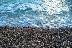 Το κύμα θάλασσας κατεβαίνει ήπια η ακτή Στοκ φωτογραφία με δικαίωμα ελεύθερης χρήσης