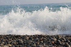 το κύμα θάλασσας χωρίζει σε έναν ψεκασμό Στοκ Φωτογραφία
