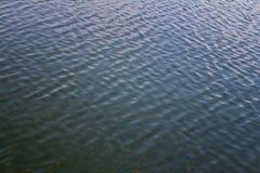 Το κύμα στο νερό Στοκ φωτογραφία με δικαίωμα ελεύθερης χρήσης