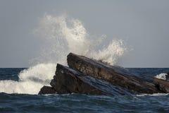 Το κύμα τρώει τους βράχους Στοκ Φωτογραφία
