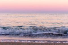 το κύμα Χρώματα ανατολής που απεικονίζονται στο θαλάσσιο νερό στοκ εικόνα με δικαίωμα ελεύθερης χρήσης