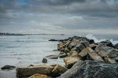 Το κύμα χτυπά το βράχο στην παραλία Στοκ εικόνα με δικαίωμα ελεύθερης χρήσης