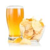το κύπελλο μπύρας πελεκά την πατάτα σωρών γυαλιού Στοκ φωτογραφία με δικαίωμα ελεύθερης χρήσης