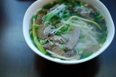 Το κύπελλο στενού επάνω pho βόειου κρέατος κοιτάζει Βιετναμέζικη παραδοσιακή σούπα νουντλς ρυζιού με το βόειο κρέας Στοκ Εικόνες