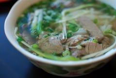 Το κύπελλο στενού επάνω pho βόειου κρέατος κοιτάζει Βιετναμέζικη παραδοσιακή σούπα νουντλς ρυζιού με το βόειο κρέας Στοκ φωτογραφίες με δικαίωμα ελεύθερης χρήσης