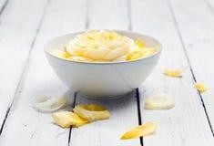 Το κύπελλο aroma spa του νερού με κίτρινο αυξήθηκε Στοκ φωτογραφία με δικαίωμα ελεύθερης χρήσης