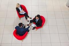 Το κύριο κούνημα χεριών επιχειρησιακών ατόμων, Businesspeople κάθεται κατά τη τοπ άποψη γωνίας εδρών, σημάδι χειραψιών επιχειρημα Στοκ εικόνα με δικαίωμα ελεύθερης χρήσης