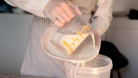 Το κύριο λούστρο καλύπτει το πιάτο από τον άσπρο άργιλο δημιουργικό εργαστήριο απόθεμα βίντεο