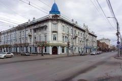 Το κύριο σπίτι γωνιών του παλαιού κτήματος του εμπορικού οίκου Gadalov βρίσκεται στο ιστορικό κέντρο Krasnoyarsk στοκ εικόνες