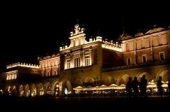 Το κύριο τετράγωνο αγοράς στη νύχτα στην Κρακοβία, Πολωνία Στοκ εικόνες με δικαίωμα ελεύθερης χρήσης