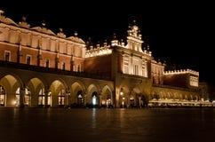 Το κύριο τετράγωνο αγοράς στη νύχτα στην Κρακοβία, Πολωνία Στοκ φωτογραφία με δικαίωμα ελεύθερης χρήσης