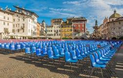 Το κύριο τετράγωνο της πόλης της πλατείας Duomo Trento με τις καρέκλες για την τελετή βαθμολόγησης του πανεπιστημίου Trento Στοκ φωτογραφία με δικαίωμα ελεύθερης χρήσης