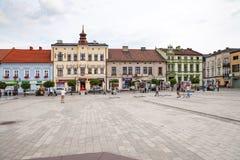 Το κύριο τετράγωνο της πόλης Κατοικίες γύρω από το κύριο τετράγωνο Χώρος συνάντησης για τους ανθρώπους, το κεντρικό σημείο της πό Στοκ εικόνες με δικαίωμα ελεύθερης χρήσης