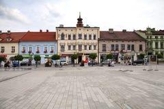 Το κύριο τετράγωνο της πόλης Κατοικίες γύρω από το κύριο τετράγωνο Χώρος συνάντησης για τους ανθρώπους, το κεντρικό σημείο της πό Στοκ Φωτογραφία