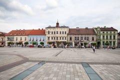 Το κύριο τετράγωνο της πόλης Κατοικίες γύρω από το κύριο τετράγωνο Στοκ εικόνα με δικαίωμα ελεύθερης χρήσης
