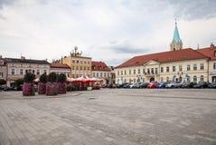 Το κύριο τετράγωνο της πόλης Κατοικίες γύρω από το κύριο τετράγωνο Στοκ εικόνες με δικαίωμα ελεύθερης χρήσης