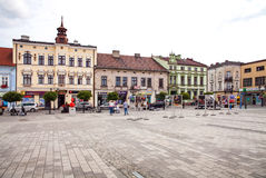 Το κύριο τετράγωνο της πόλης Κατοικίες γύρω από το κύριο τετράγωνο Στοκ Εικόνα